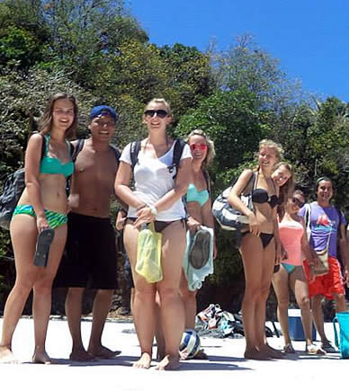 Group of Habla Ya Spanish students at a beach in Bocas del Toro